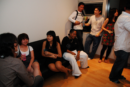 Friends at house - Photo by riNux